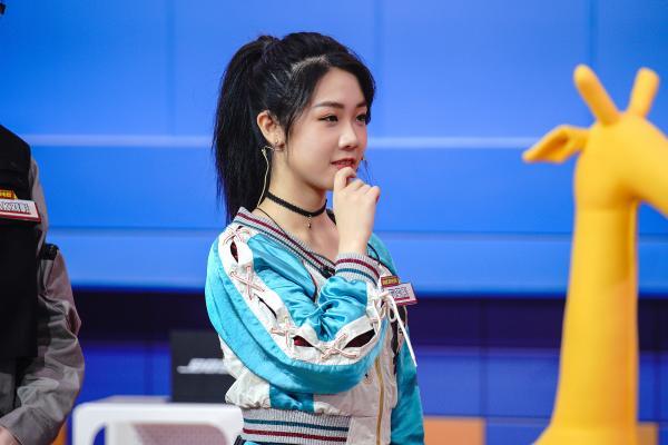 说唱少女石玺彤首次跨界电竞舞台表演