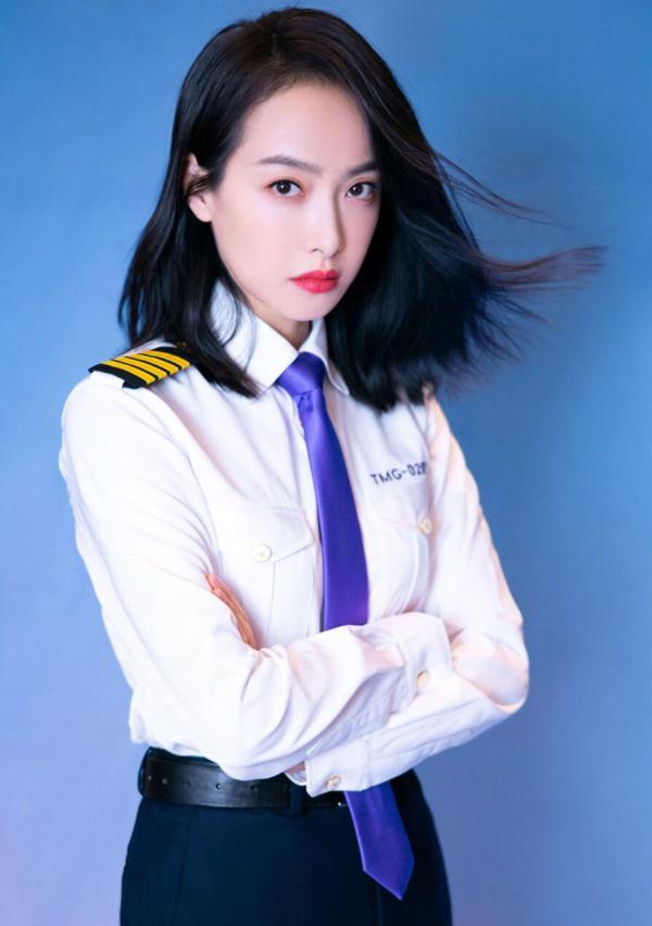 宋茜穿机长制服帅气亮相双11晚会 开飞机出场壕高能