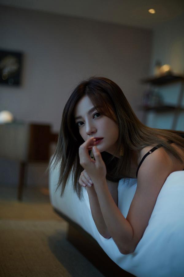 赵薇亮相品牌活动 黑色吊带裙经典优雅慵懒迷人