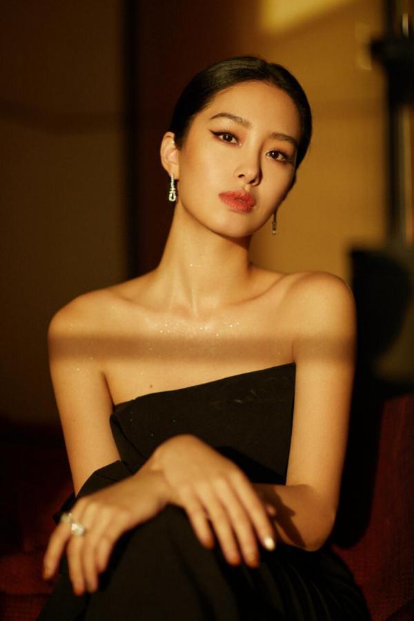 """杨采钰亮相时尚活动 """"夜天鹅""""礼服将优雅复古进行到底"""
