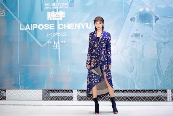 施南亮相中国国际时装周 时尚优雅气场十足