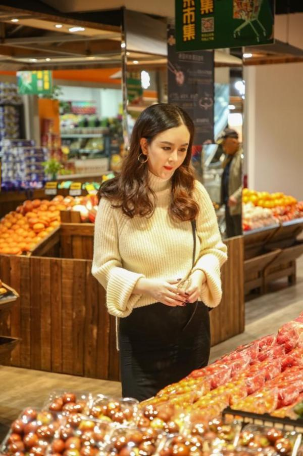 刘竞清新现身某购物商超 满溢温柔诠释本心之美
