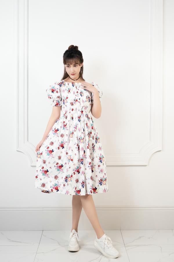 杨雪节目中分享穿搭理念 极简主义诠释时尚态度
