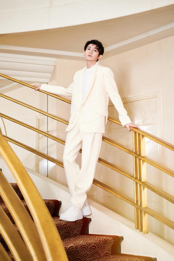 王源奶油色西服出席品牌活动,造型高级彰显非凡气度