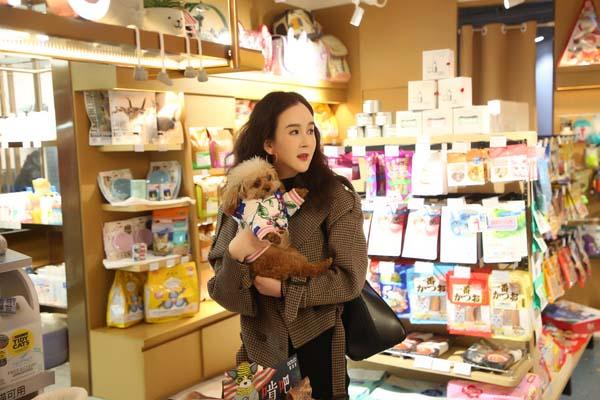 刘竞浪漫冬日现身宠物店,既可爱萌趣又温馨美好