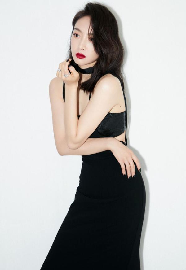 宋茜黛绿烟波裙亮相盛典红毯 化身黑玫瑰艳丽绽放