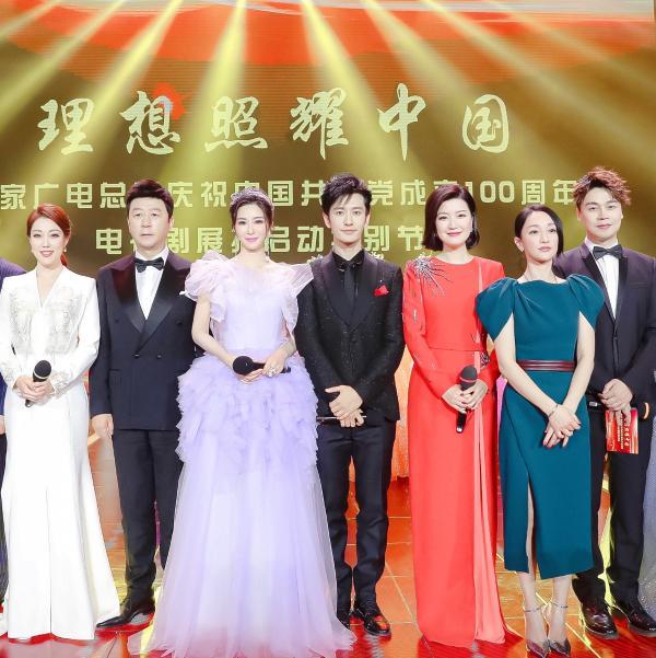 """伊丽媛黄晓明压轴首唱《理想照耀中国》 一次""""剧力""""的磅礴呈现"""