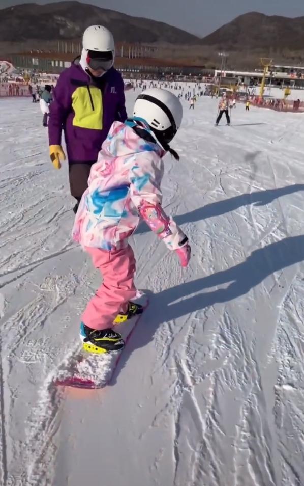 李小罗阳光和女儿甜蜜滑雪录像男司机的身份被推测