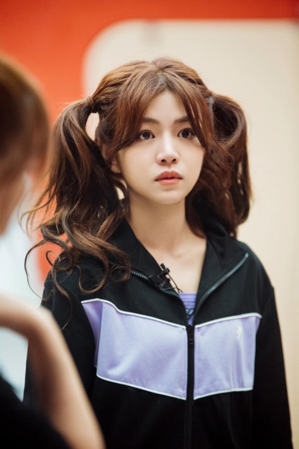 陈妍希在舞台一开始就冒着风浪 充满感染力 本周 两个马尾的初步训练已经准备好了