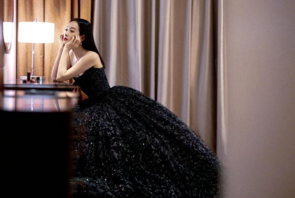 """宋茜黑莓冰沙圆舞裙亮相盛典 获得""""年度魅力演员""""荣誉"""