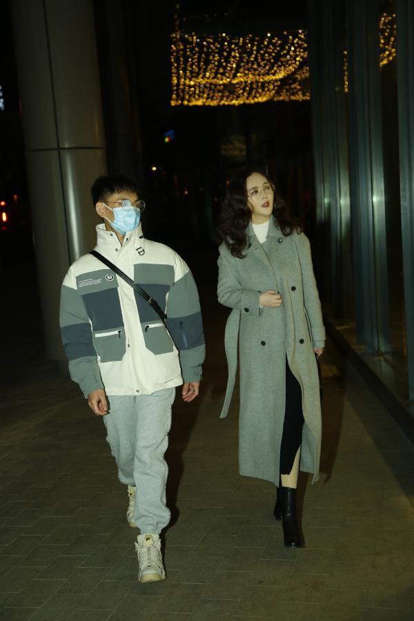 """""""温婉导演姐姐""""刘竞外出办公 和同伴有说有笑离场"""