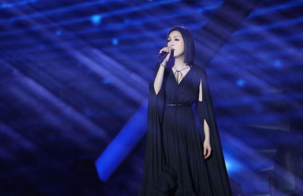 杨千嬅获得年度实力女歌手奖 然后演唱《处处吻》 引发经典的记忆杀戮