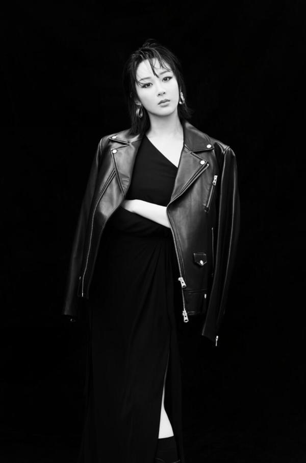 杨紫皮衣开叉裙黑白大片 All Black风酷飒有型