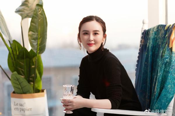 导演刘晶轻松驾驭多种穿着风格 气质低调