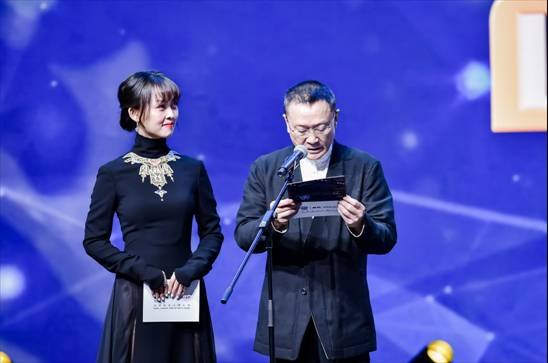 缪婷茹出席华鼎奖颁奖典礼,多变造型展现无限可能