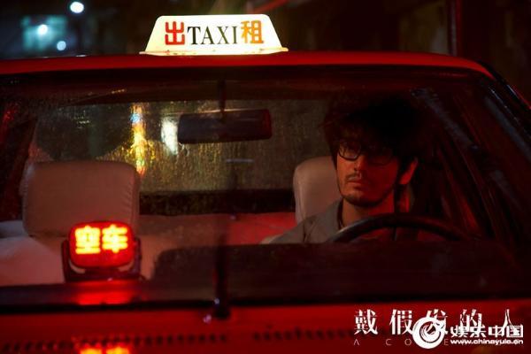 董越导演新作《戴假发的人》杀青 黄晓明出租车司机造型抢眼