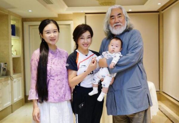 刘晓庆拜访张纪中夫妇 杜星霖赞其低调朴实