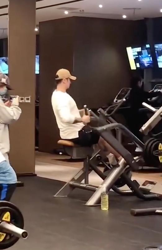 蒋劲夫健身房锻炼被偶遇 身穿白T恤运动状态好