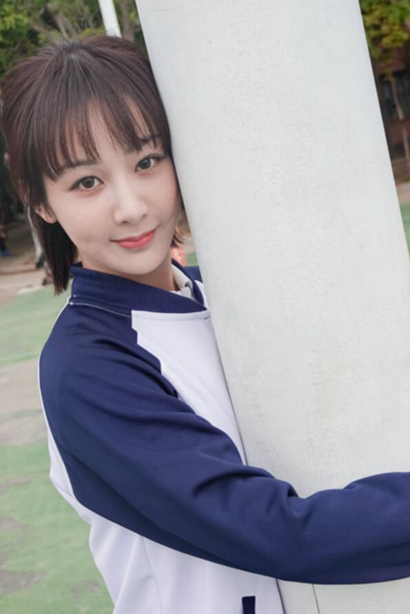 杨紫穿高中校服晒照,文静端庄少女感十足