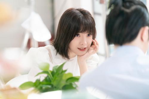 郑羽淇新专辑MV上线 新锐视觉解构《洒脱人类》