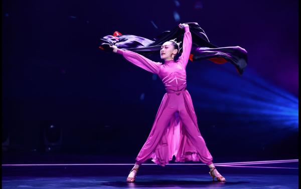 金鹰卡通《跳舞吧!少年》为了庆祝新年 李子璇扮演八环来吸引受欢迎的舞者