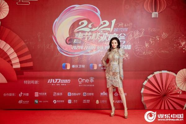 李玉玺出现在重庆春晚 唱经典 送祝福