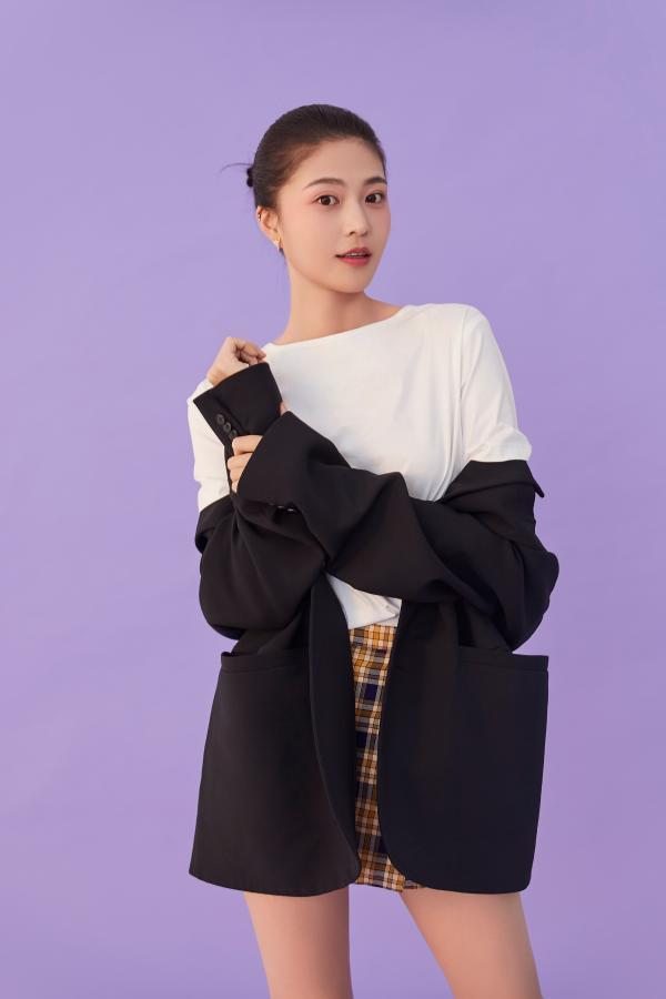 王妍之最新写真释出 简约利落演绎时尚清新风
