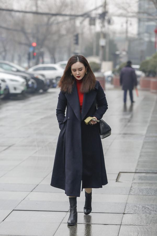 刘竞黑色大衣A到爆 商务干练时尚完美结合
