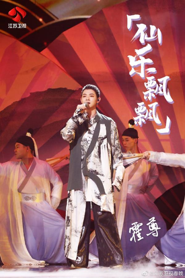 什么是全国流行歌手等等?江苏卫视春晚亨利同台飘飘