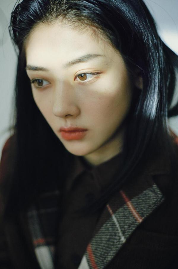 王最新照片曝光 眼神冰冷 魅力深沉 引人注目