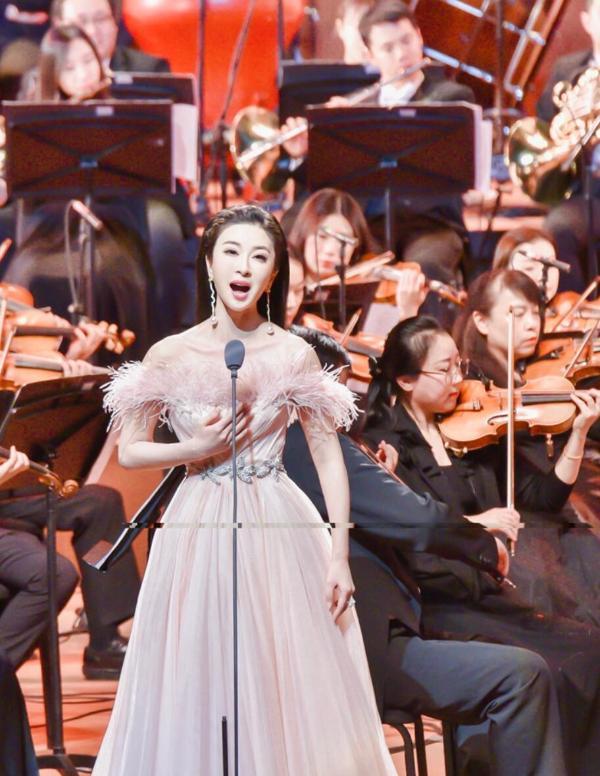 伊丽媛演唱国家大剧院《小康之歌》主题音乐会 用歌声赞美新时代的中国精神