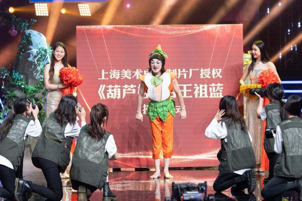 《百变大咖秀》黄卓霖再现经典葫芦娃造型 葫芦家欢聚一堂过年