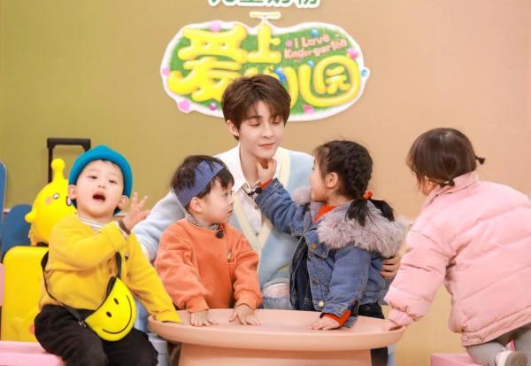 """《爱上幼儿园6》男老师三个!看袁成杰烧饼文托怎么""""变可爱宝宝""""?"""