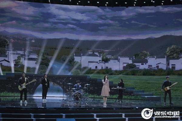 实力少女郭沁助力央视助农晚会 温柔献唱传递乡村风采
