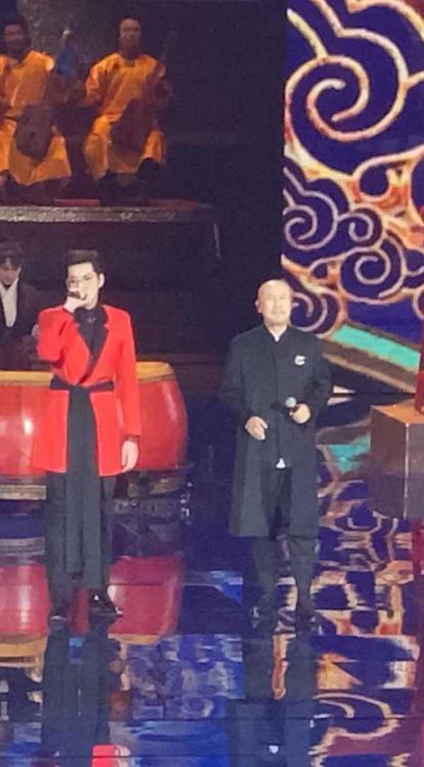 京台春晚吴亦凡腾格尔歌手大合唱《大碗宽面》爆棚观众