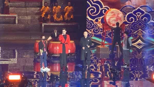 北京台春晚吴亦凡腾格尔合唱《大碗宽面》 嗨爆全场