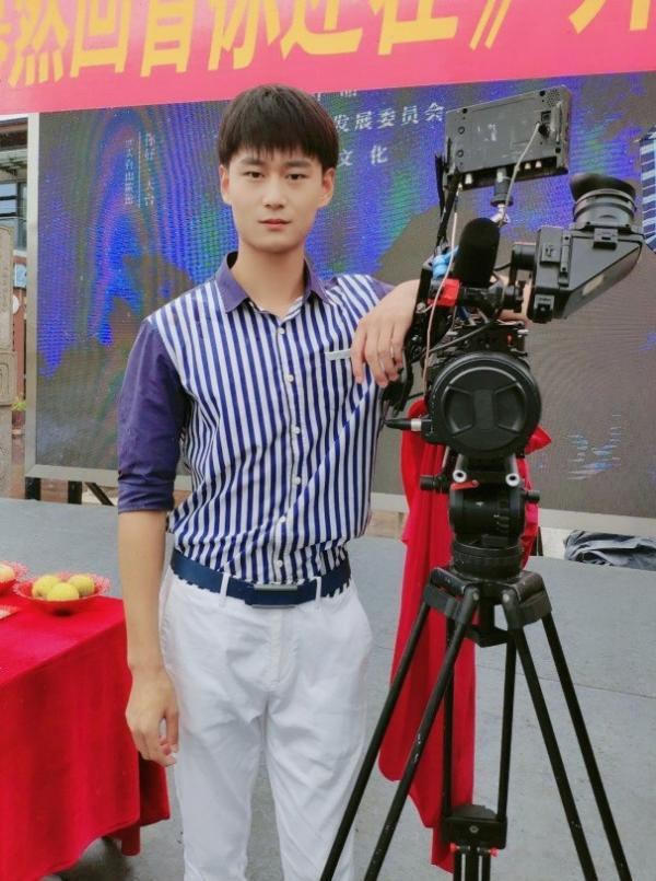 片名:演员刘多与跨国媒体签约