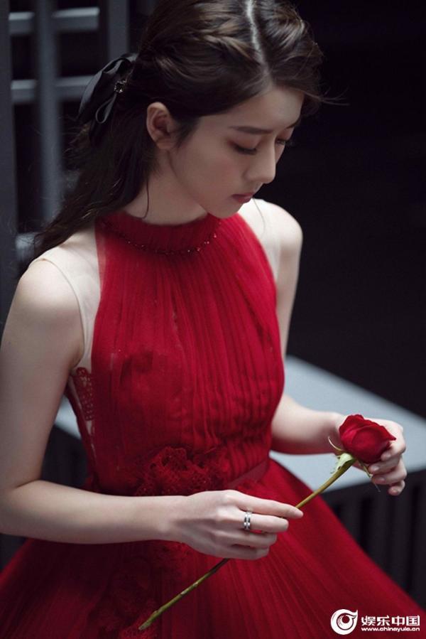 李凯馨出演薛之谦MV女主 动人演绎爱的天秤法则
