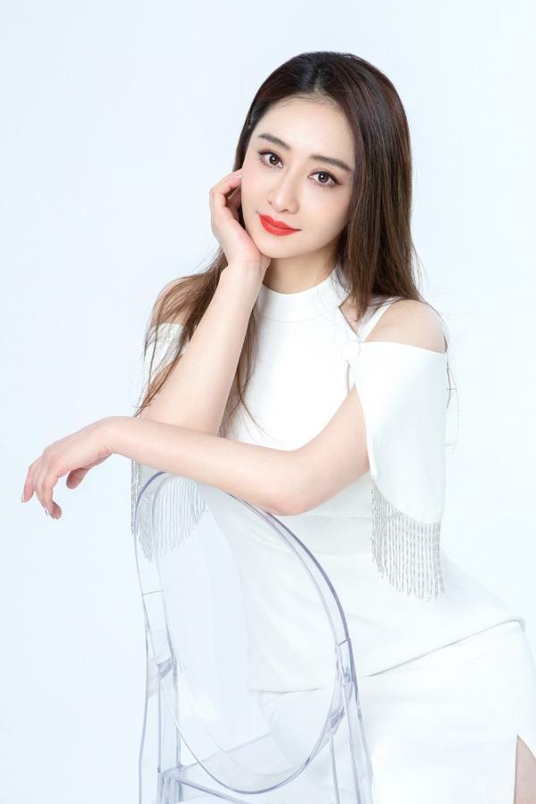 陈德容最新广告大片又美又仙 白色穿搭尽显优雅女神范儿