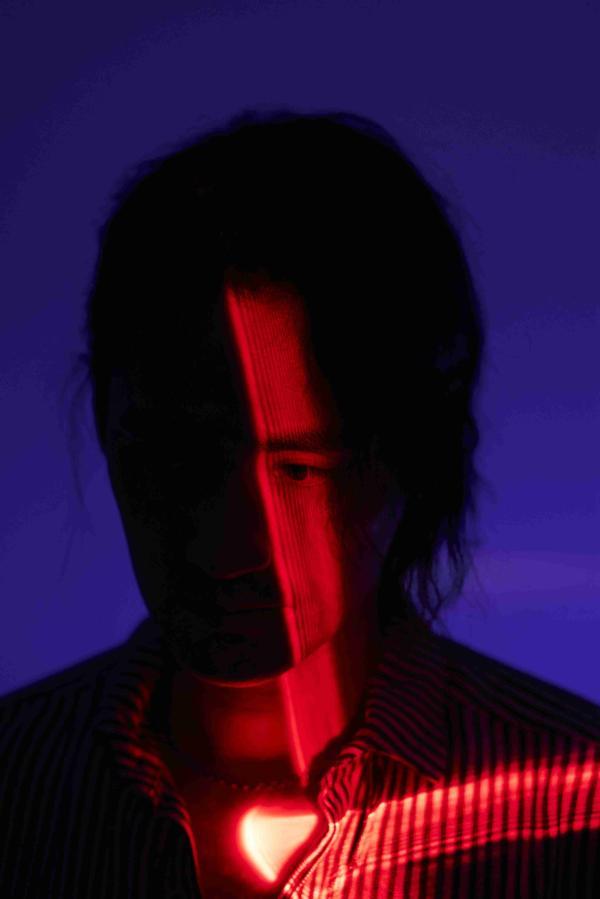 贾斯汀的新照片赤脚出现 红蓝光和阴影的碰撞充满了随机性