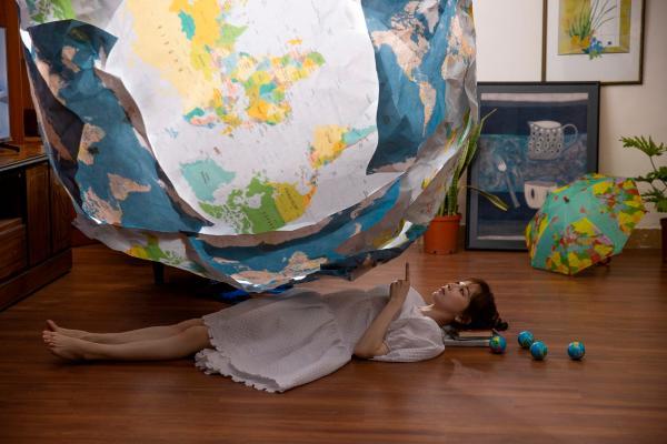 王心凌《心灵的冒险》MV今首播 跑步机变行李输送带 一秒出境神游世界各地