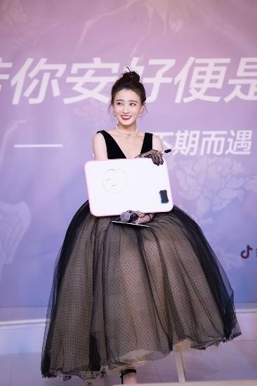 徐璐出席《若你安好便是晴天》发布会 国风设计师即将上线