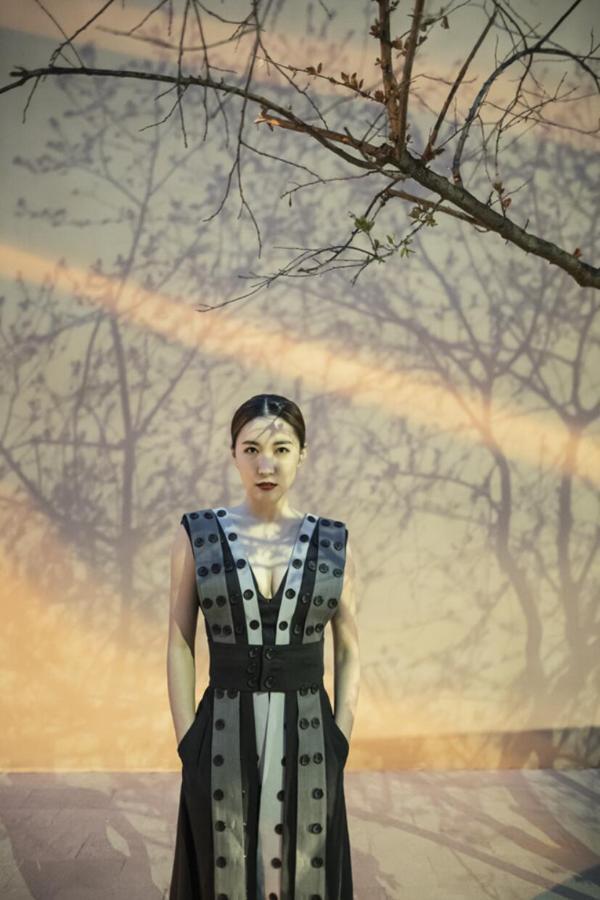 闫鹿杨受邀出席中国国际时装周 驾驭时尚美艳动人