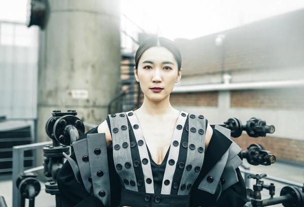 闫鹿杨受邀参加中国国际时装周 驾驭时尚与美丽