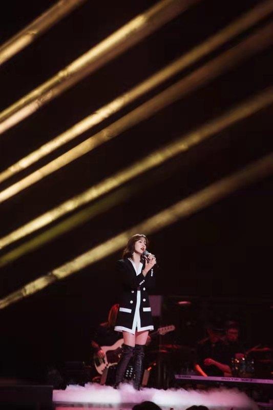 《乘风破浪的姐姐》吕一展现实力唱功 故事感嗓音引共鸣