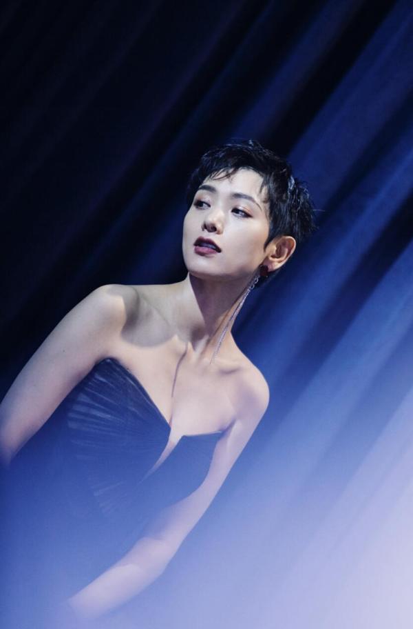 李晓峰现身时尚发布会 个性黑纱裙优雅大方