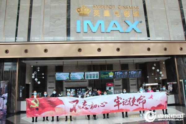 片名:电影《千顷澄碧的时代》成都热映聚焦兰考讲述中国扶贫的故事