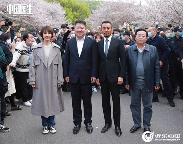 """《中国医生》剧组重返""""英雄之城""""种下""""希望之树"""""""