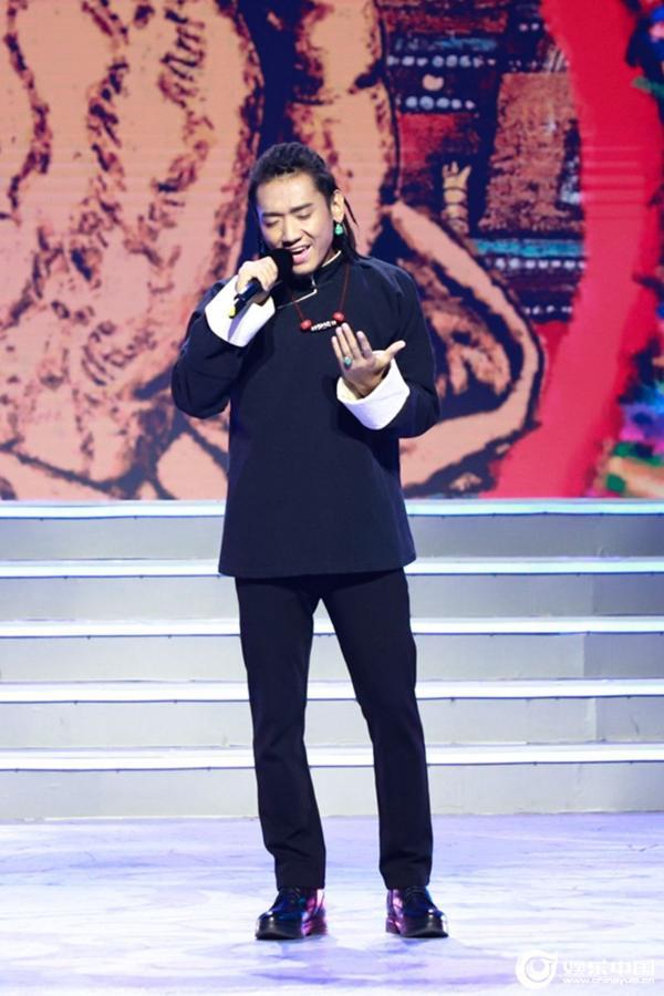 扎西平措出现在康巴卫视藏历晚会上 演唱了民族音乐的原曲《阿妈的手》