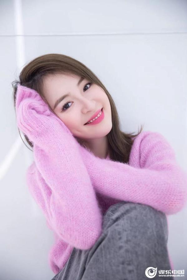 刘雪婧情绪写真展率真随性 晒录音棚照片预告新歌